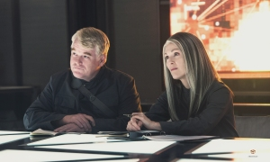the-hunger-games-mockingjay-part-1-philip-seymour-hoffman-julianne-moore